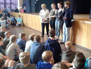 K800_Hannelore Wiesenack-Hauss_Schülervertreterinnen und Jörg Rostek in der Aula des Schillergymnasiums am 26_06_15