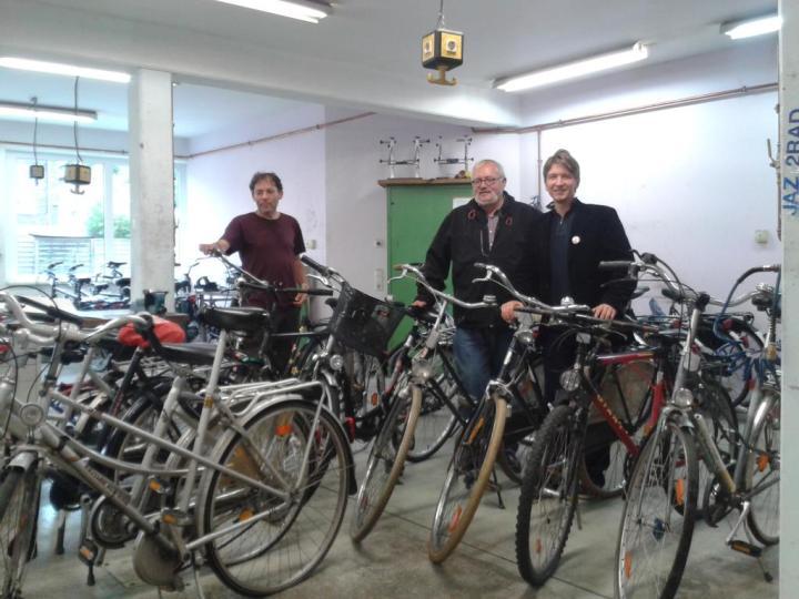 K1024_Gespendete Fahrräder Abgeholt_Andy Whiels, Manfred Spitz, Jörg Rostek